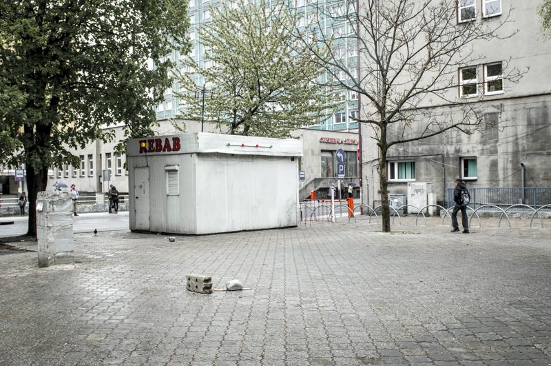 Fotografia miejska. Głównie miasto Katowice oraz Śląsk. Porzucona budka z kebabem przy dawnym Supersamie. Fotografia zrobiona 1 maja - stąd te pustkiZdjęcie Ewa Sowa.