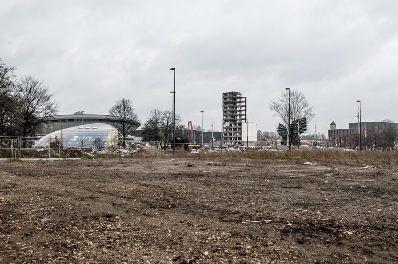 miasto Katowice - centrum. Widok na spodek, pomnik, biurowiec DOKP w rozbiórce.